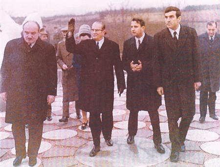 Josip Broz Tito u Spomen parku u Velikom Fradu 1970. godine. (Sa desne strane- Idža, predsednik grada Milan Đoković, Josip Broz i  Dragoslav Draža Marković, predsednik Skupštine Srbije