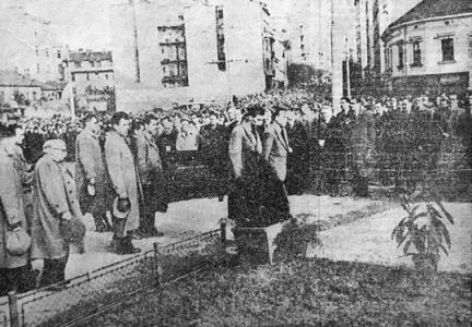 Pred grobom na Trgu Dimitrija Tucovića